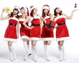 Seductor asiática en traje de Navidad.