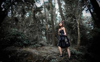 A menina asiática na floresta