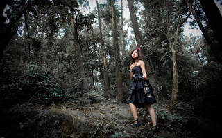 Fille asiatique dans les bois