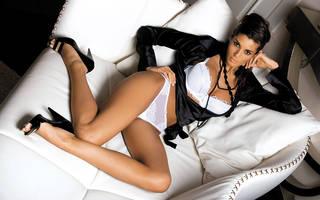 Foto empresaria en el sofá blanco de lujo